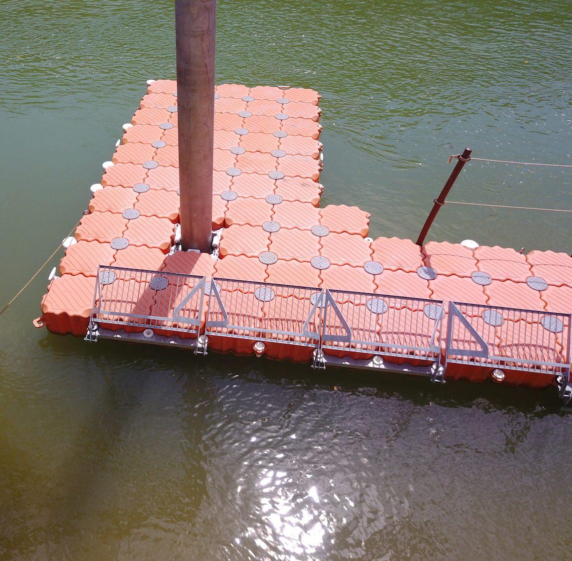 Plataforma flotante de contención