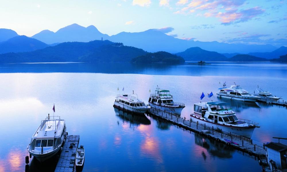Muelle concreto botes comerciales